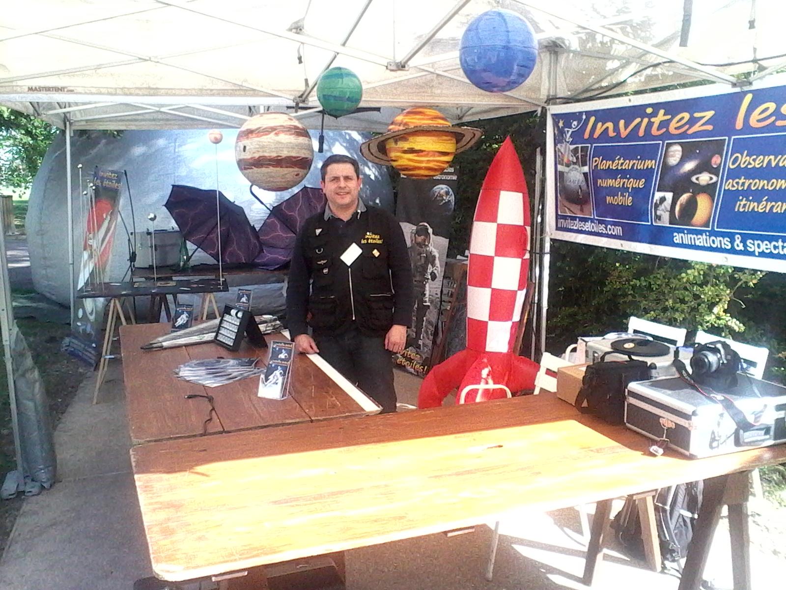 Sébastien SANZ sur son stand à Triel-Sur-Seine le 05/04/2014